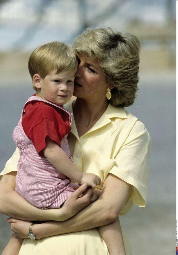 Harry, 2 ans, dans les bras de Diana à Majorque en 1987.