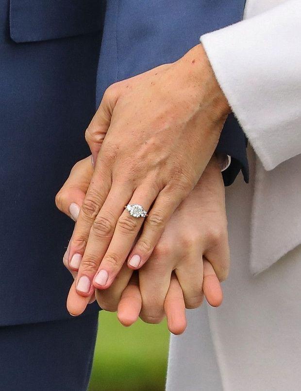 Harry a dessiné la bague de fiançailles pour y sertir deux diamants de Diana.