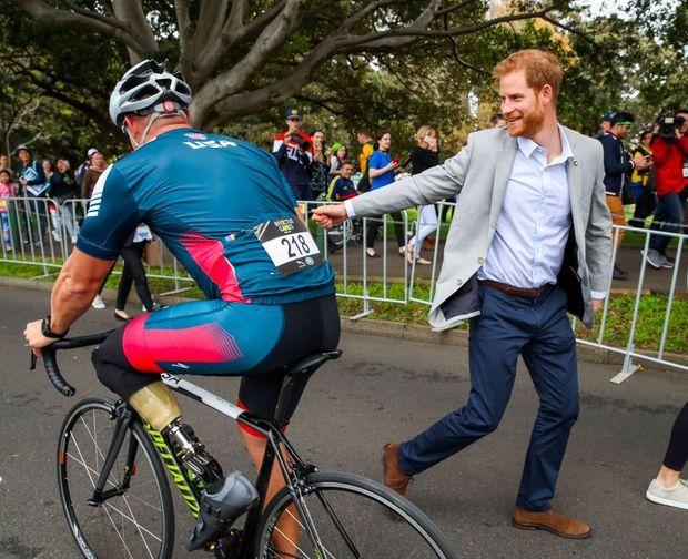 Seul, Harry salue les cyclistes au Sydney Olympic Park, dimanche.