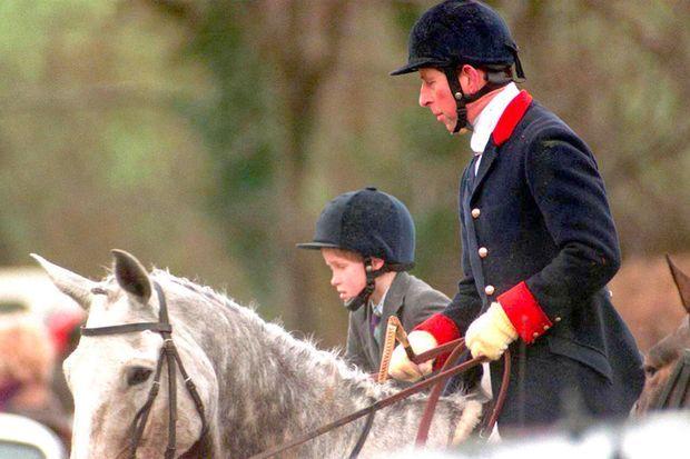 Le prince Charles et son fils le prince Harry à la chasse en février 1995, dans le Gloucestershire.