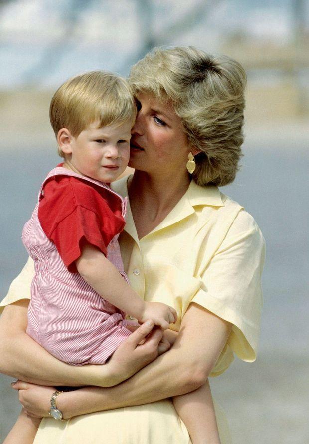 Harry à bientôt 3ans avec Diana, en vacances en Espagne en 1987.