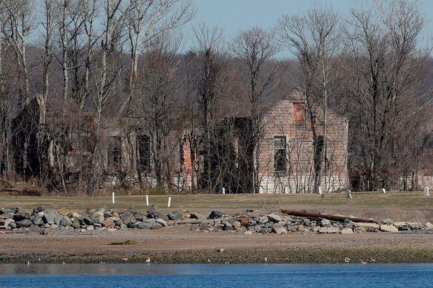 Hart Island, à New York, accueille des milliers de morts tous les ans. Des défunts qui sont souvent enterrés sans que l'on ne connaisse leurs identités.