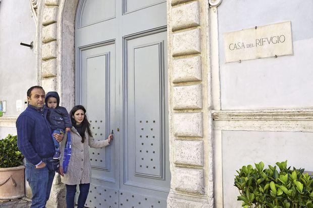 Hasan, Riad et Nour devant l'immeuble où ils habitent, à Trastevere.