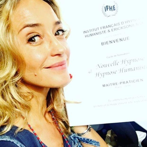 Hélène de Fougerolles pose avec son certificat d'hypnose