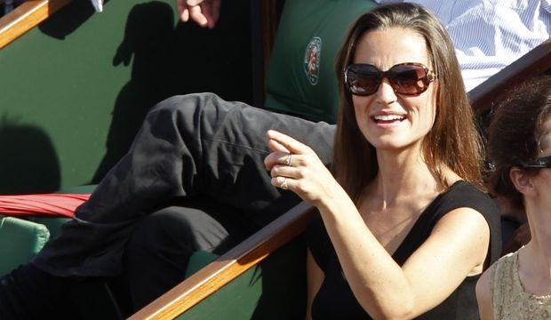 """""""Her Royal Hotness"""" est en France ! Pippa Middleton, la sœur de la duchesse de Cambridge, est actuellement à Paris. La jeune et jolie femme de 27 ans état cet après-midi à Roland-Garros. Accompagnée de quelques amis, Pippa a notamment assisté au match opposant Gilles Simon et Robin Söderling, sur le court Philippe Chatrier. Le Suédois, finaliste des deux dernières éditions du tournoi, le Français en trois sets. On ignore si la cadette de Kate restera jusqu'à la fin du tournoi, dimanche."""