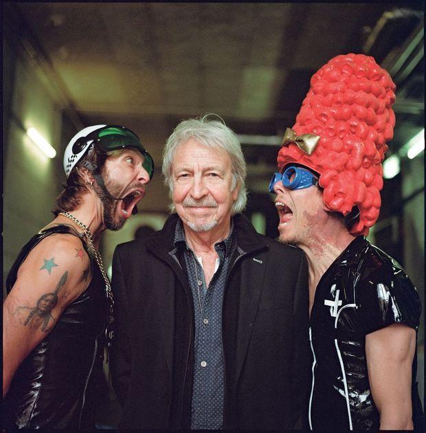 Henri Dès entouré de ses deux musiciens, déchaînés.