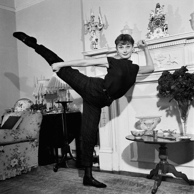 Londres, septembre 1951. Audrey Hepburn, 22 ans, s'exerce dans son appartement de Mayfair. Jusque-là inconnue, l'actrice britannique a été choisie pour interpréter Gigi l'héroïne de Colette dans une pièce adaptée par Anita Loos qui sera montée à Broadway. Alors qu'elle se destinait à la danse, le succès qu'elle obtiendra sur les planches va lui ouvrir les portes du cinéma. Trois ans plus tard, elle remporte l'Oscar de la meilleure actrice pour son rôle dans Vacances romaines de William Wyler.
