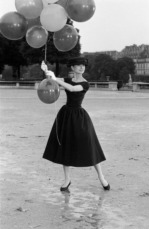 Audrey Hepburn au Jardins des Tuileries, à Paris. 1956.