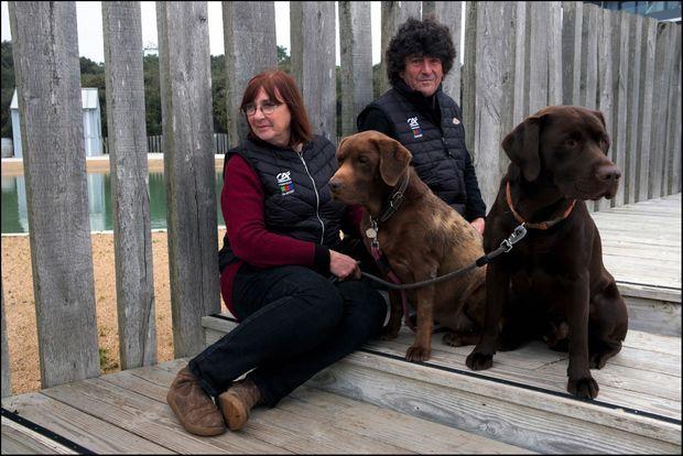 Heureux sur la terre ferme avec Anne et leurs labradors Hyell et Olaf.