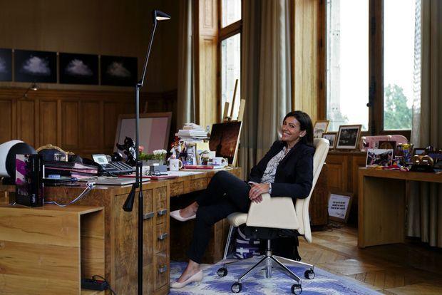 Dans son bureau de l'Hôtel de Ville, 155 mètres carrés. Plus grand que ceux du président de la République et du Premier ministre.