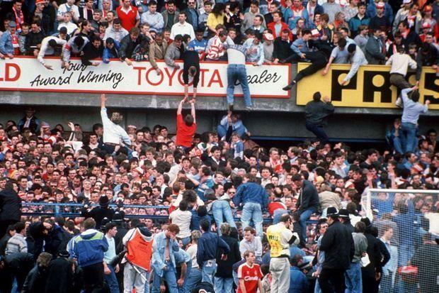 """""""En pleine folie, c'est le sauve-qui-peut par les gradins : Dans la panique la plus totale, la solidarité commence à fonctionner. Les spectateurs des tribunes aident les supporters du parterre à grimper et à les rejoindre. Deux cents vies humaines seront ainsi sauvées. Au début du drame dans, la folie ambiante, certains fans ne s'apercevront pas du cauchemar se déroulant sous leurs yeux et continueront à regarder le match."""" - Paris Match n°2083, 27 avril 1989"""