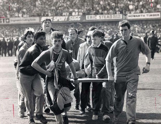 """""""Face à l'impuissance générale, les rescapés s'improvisent sauveteurs : """"'Tu ne marcheras jamais seul'. C'est le slogan du Liverpool F.C. La solidarité a immédiatement joué et de nombreux supporters se sont improvisés sauveteurs en utilisant des panneaux publicitaires en guise de brancards. En face, les supporters adverses de Nottingham-Forest applaudissaient leur courage. Il n'y avait pas de hooligans, ce samedi là, autour de la pelouse du stade d'Hillsborough."""" - Paris Match n°2083, 27 avril 1989"""
