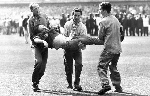 """You'll Never Walk Alone"" - ""Tu ne marcheras jamais seul"", la devise du Liverpool F.C."