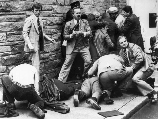 L'attentat de John Hinckley contre Ronald Reagan, le 30 mars 1981.
