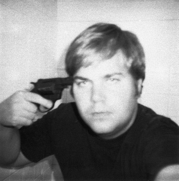 "Un ""selfie"" pris au Polaroïd par John Hinckley, avant son attentat contre Reagan en mars 1981."