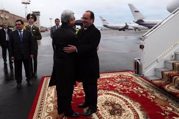 Le président François Hollande est accueilli par le président arménien, Serge Sargsian, vendredi matin.