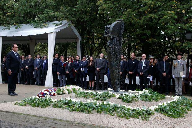 """Hollande devant la statue-fontaine de """"La parole portée"""" aux Invalides, dédié aux victimes du terrorisme"""
