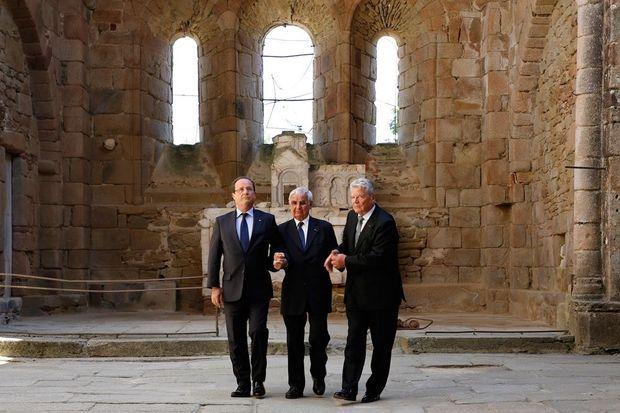 Francois Hollande et Joachim Gauck entourant Robert Hebras, le 4 septembre 2013.