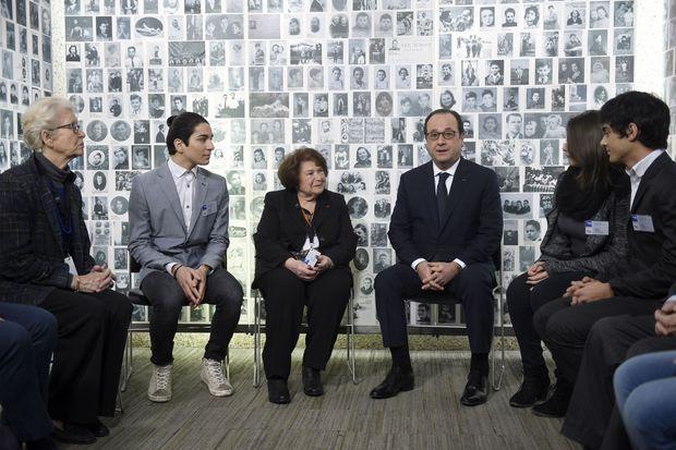François Hollande avec des jeunes et des survivants des camps.
