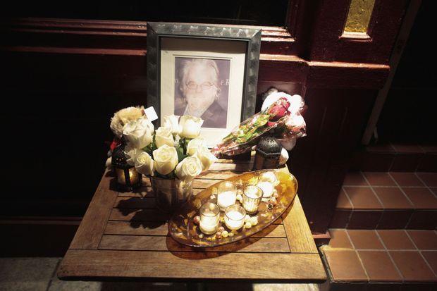 Des anonymes ont déposé des fleurs en hommage à l'acteur.