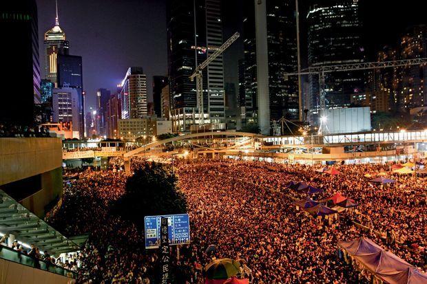 Samedi 4 octobre, au pied des gratte-ciel du quartier Admiralty, où siège le gouvernement, une foule compacte écoute le discours d'un leader étudiant.
