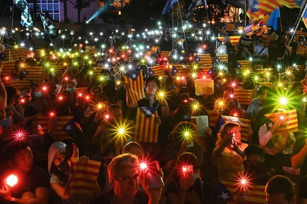 HONGKONG S'HABILLE AUX COULEURS DE BARCELONE Cause commune. A Hongkong, le 24 octobre, des manifestants brandissent l'estelada, le drapeau catalan symbole de l'indépendance