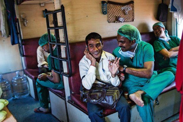 Médecins ou ingénieurs, des indiens solidaires donnent de leur temps bénévolement.
