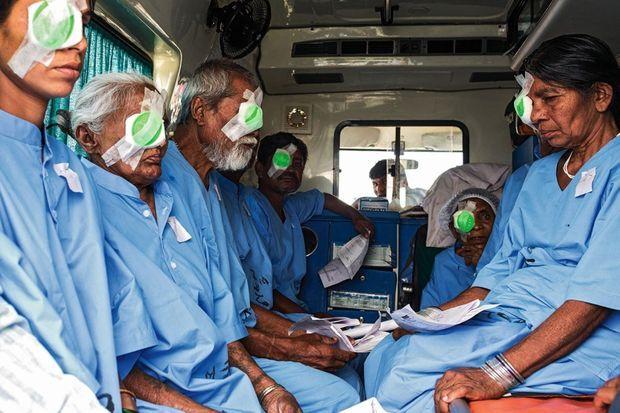 Dans un grand hôpital, les malades arrivent dans le service adéquat. Ici, faute de place, la spécialité change chaque jour au même endroit. Aujourd'hui, c'est la cataracte.