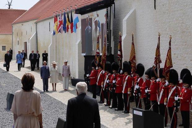 Le prince Charles et Camilla ouvrent la cérémonie dans la ferme de Hougoumont pour lancer la commémoration du bicentenaire de la bataille qui défit Napoléon.