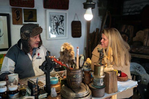 Ian Bailey avec Caroline Mangez, rédactrice en chef de Paris Match, le 27 janvier, chez lui, à The Prairie.