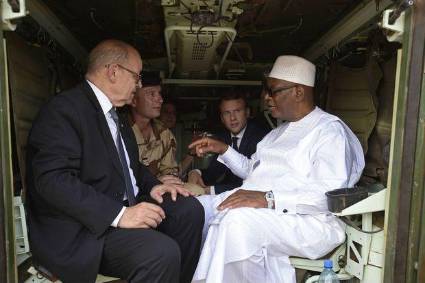 Le président malien IBK en pleine discussion avec le ministre de l'Europe et des Affaires étrangères Jean-Yves Le Drian qu'il connait bien et le président Emmanuel Macron à Gao le 19 mai 2017