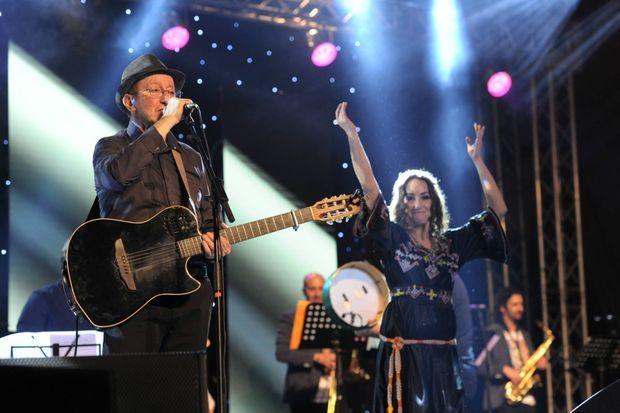 Le chanteur aux côtés de la sublime Tanina, sa fille, lors du concert à Alger, le 4 janvier.