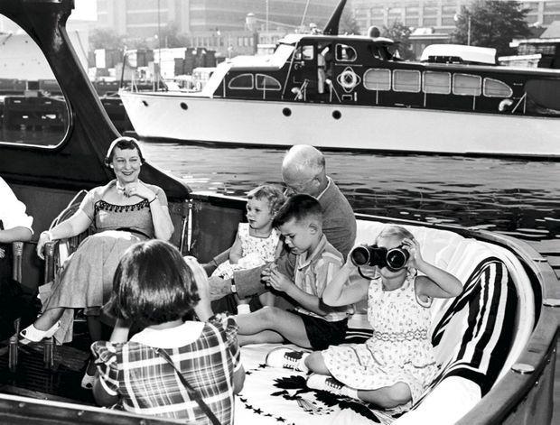 Peu avant la fin de son mandat, le président des Etats-Unis Ike Eisenhower, en croisière sur le Potomac, avec Mamie, sa femme, et leurs quatre petits-enfants : Dwight II (né en 1948), Barbara (1949), Susan (1951) et Mary (1955).