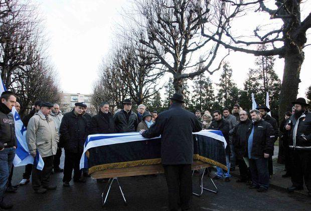 Cérémonie lors de l'exhumation du corps d'Ilan Halimi au cimetière de Pantin, en février 2007, avant son enterrement en Israel.