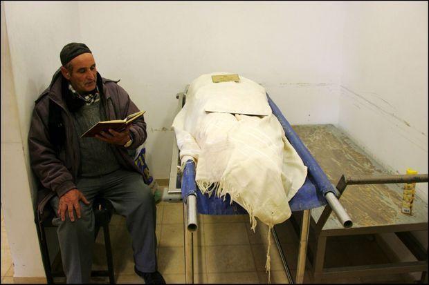 Un shomer (personne chargée de veiller sur le mort et lui réciter des psaumes) près de la dépouille d'Ilan Halimi, avant un dernier hommage au jeune homme assassiné, à Jérusalem le 9 février 2007