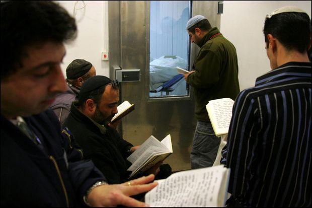 Des proches et des amis de la famille d'Ilan Halimi prient devant la chambre mortuaire où est conservé le corps d'Ilan Halimi, enveloppé dans son talit (châle de prière), à Jérusalem le 9 février 2007.