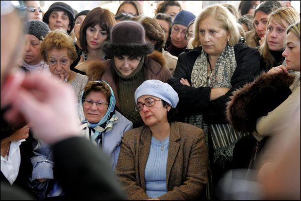 La mère d'Ilan Halimi, Ruth (au centre, avec un bonnet bleu), lors du dernier hommage rendu à son fils avant son enterrement en Israël, à Jérusalem le 9 février 2007.
