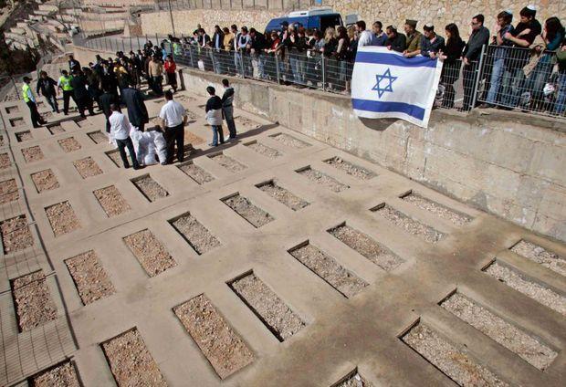 Sur le Mont des Répits. L'enterrement d'Ilan Halimi au cimetière de Givat Shaul, à Jérusalem le 9 février 2007.