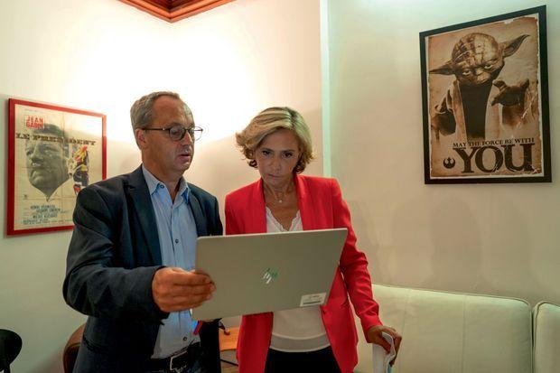 ÎLE-DE-FRANCE: VALÉRIE PÉCRESSE TIENT BON Avec son mari, Jérôme, à son siège de campagne, à Paris, dimanche soir. Elle a recueilli 35,9% des voix.