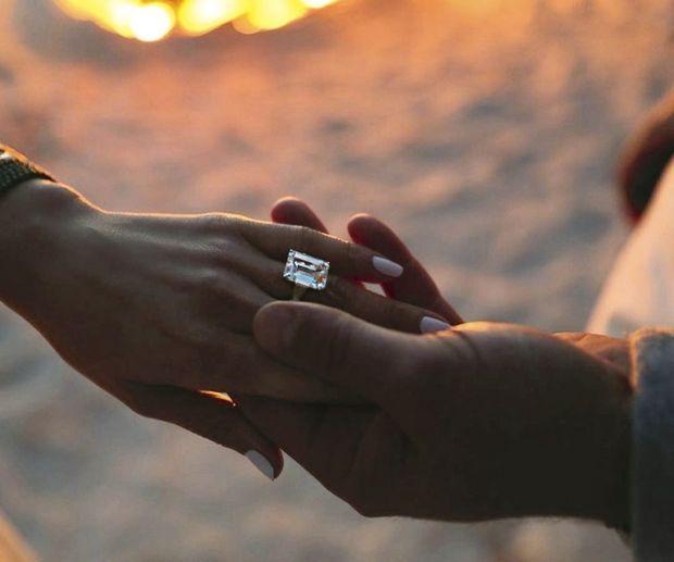 Ils partagent le goût des belles histoires… et des jolies choses. Au doigt de J-Lo, un diamant estimé à 15 carats et 4,5 millions de dollars.