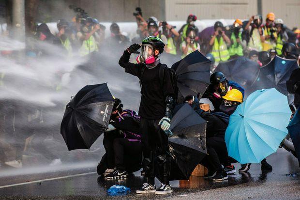 Ils portent des masques, des vêtements noirs et des casques de chantier : tenue emblématique de la contestation. Cinq ans après la « révolution des parapluies », ceux qui bravent l'interdiction de manifester ont gardé la même arme pour se protéger des forces de l'ordre.