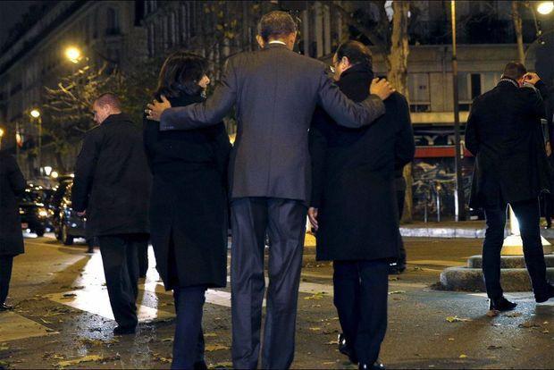 Barack Obama réconforte Anne Hidalgo et François Hollande après s'être recueillis devant le Bataclan.