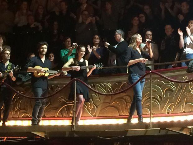 Zazie sur le balcon des Folies Bergère à la fin de son concert, le 24 mars 2016.