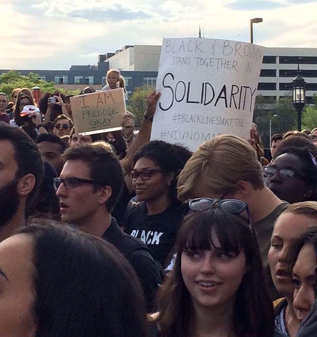 """""""I'm Freddie Gray"""" proclame une pancarte en écho au carnage de Charlie Hebdo."""