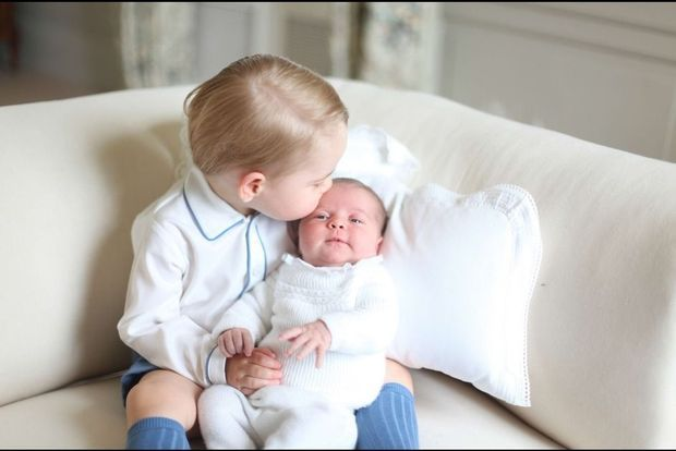Le prince George embrasse Baby Charlotte.