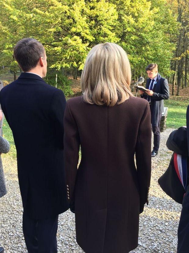 Emmanuel et Brigitte Macron écoutent le discours d'un lycéen à Verdun.