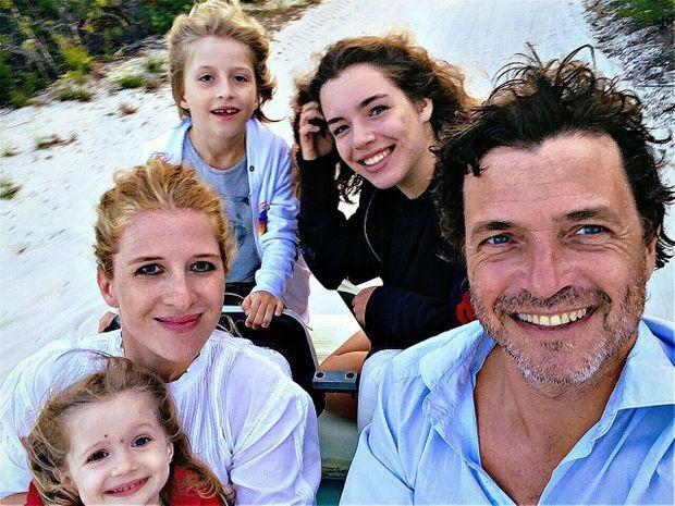 Portrait de famille avec les trois enfants de Philippe Zdar, Angelica (née de son union avec Aure Atika), Penelope et James