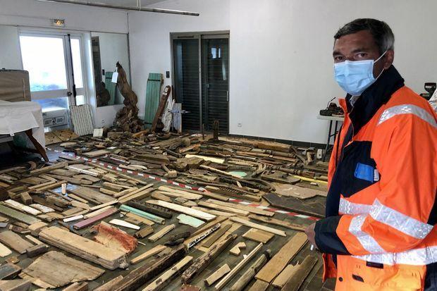 Le bois est récupéré pour être recyclé en bois de chauffage.