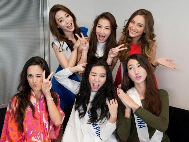 En rouge, à droite, Charlotte Pirroni en compagnie de quelques autres Miss, dont Miss Japon et Miss Chine au premier rang.