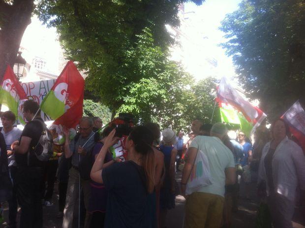 """Une centaine de personnes s'étaient réunies à deux pas de l'Assemblée nationale pour dénoncer """"un accord inique extorqué à la Grèce""""."""
